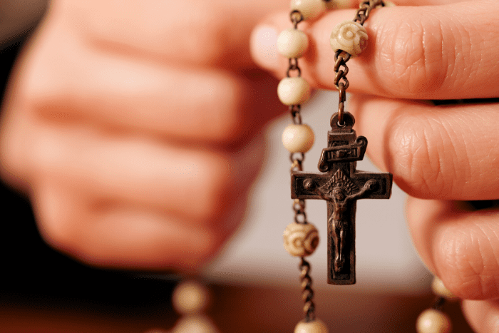 Millones de personas se han unido a rezar el Santo Rosario por medios digitalesIUSH